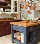Строгая мебель в обстановке ретро на кухне