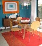 Яркий ковёр на светлом полу кухни-столовой в стиле ретро