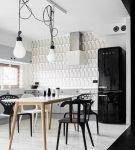 Чёрно-белый интерьер кухни с лампами ретро