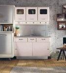 Белый гарнитур на большой кухне в стиле ретро