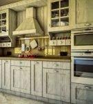 Состаренный кухонный гарнитур в стиле ретро
