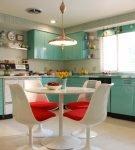 Голубой гарнитур на кухне с обстановкой ретро