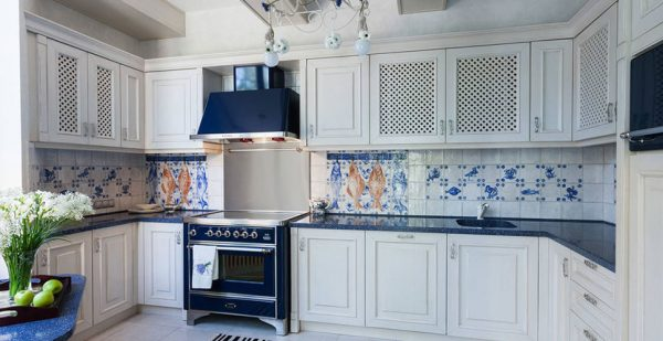 Кухня в простом средиземноморском стиле