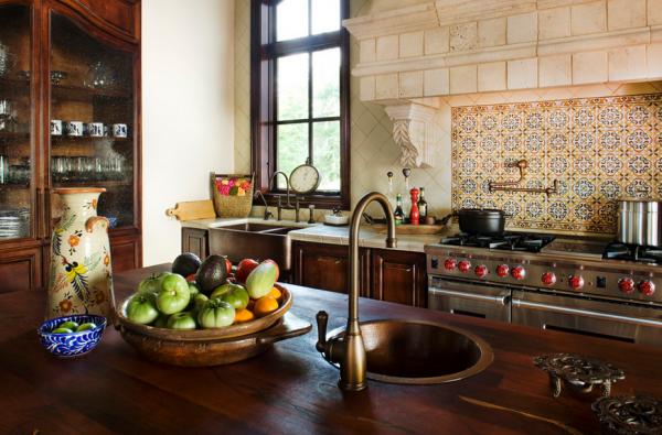 Небольшая кухня в красивом средиземноморском стиле