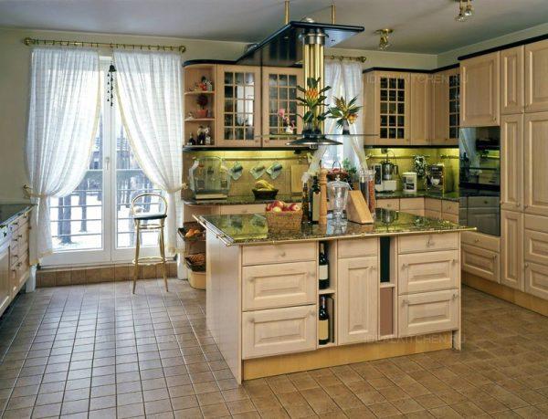 Большая кухня в средиземноморском стиле и с ярким декором