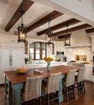 Средиземноморский интерьере кухни с балками на потолке