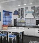 Яркий текстиль на белой кухне в средиземноморском стиле