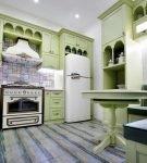 Зелёный гарнитур на кухне со средиземноморским декором