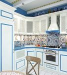 Бело-синий средиземноморский дизайн кухни