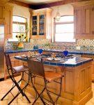 Небольшая и уютная кухня в средиземноморском стиле