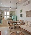 Узоры в средиземноморском дизайне кухни-столовой