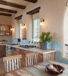 Большая кухня-столовая со средиземноморским дизайном