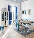 Синие детали в средиземноморском интерьере кухни