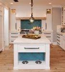 Островной стол на кухне со средиземноморским интерьером
