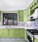 Белый потолок и зелёная мебель на кухне