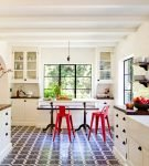 Тёмная плитка на полу кухни в средиземноморском стиле