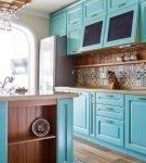 Голубые шкафы со стеклом на кухне в средиземноморском стиле