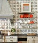 Декор плиткой на кухне в средиземноморском стиле