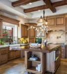 Деревянная мебель на кухне в средиземноморском стиле