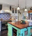 Яркая кухня в средиземноморском стиле