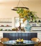 Красивый стол на кухне со средиземноморским дизайном