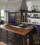 Мебель тёмного цвета на большой кухне
