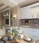 Светлая кухня с декором в средиземноморском стиле