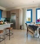 Просторная кухня со средиземноморским оформлением