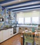 Синие балки на белом потолке средиземноморской кухни