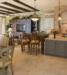 Свисающие люстры на просторной кухне-гостиной со средиземноморским оформлением