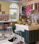 Яркие фасады шкафов в средиземноморском интерьере кухни