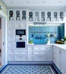 Синие узоры на небольшой кухне
