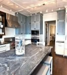 Большой стол на кухне в морском стиле