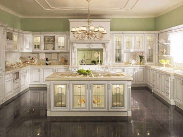 Просторная кухня барочного стиля