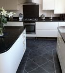 Тёмно-серый пол на чёрно-белой кухне