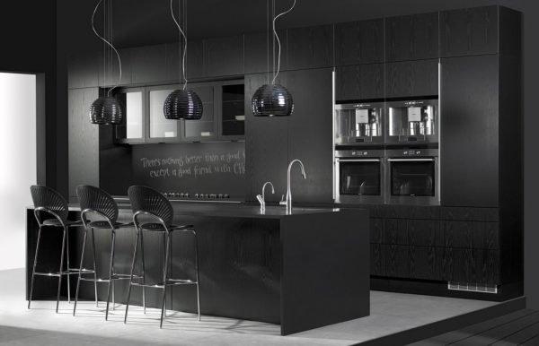 Монохромная чёрная кухня