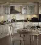 Белый гарнитур в стиле барокко на кухне