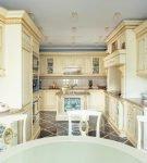 Белая мебель на узкой кухне барокко