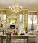 Яркие стены кухни с элементами барокко