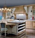 Бежевая мебель на кухне барокко