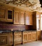Тёмная мебель с элементами барокко на кухне