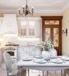 Коричневые двери в светлом интерьере барокко