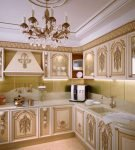Красивая люстра и позолота на кухне барокко