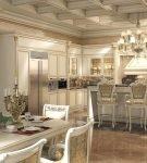 Просторная кухня-столовая с большим столом барокко