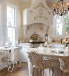 Хрустальная люстра на маленькой кухне барокко