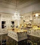 Эффектное напольное покрытие на кухне с дизайном барокко