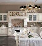Изящная люстра и белый гарнитур на кухне
