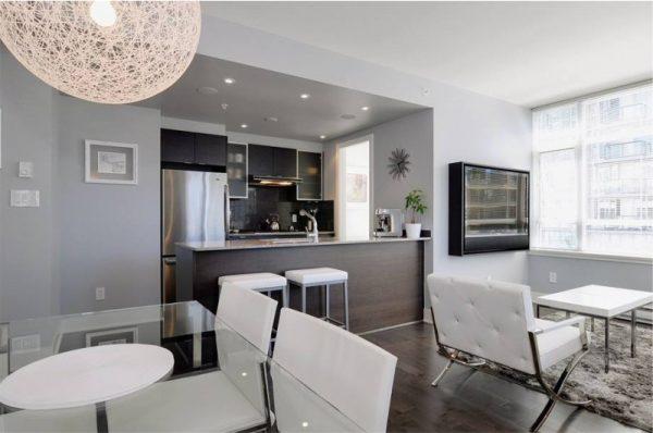 Чёрно-белая кухня, совмещённая со столовой