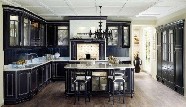 Классическая чёрная кухня со светлыми стенами