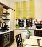 Жёлтая штора на чёрной кухне